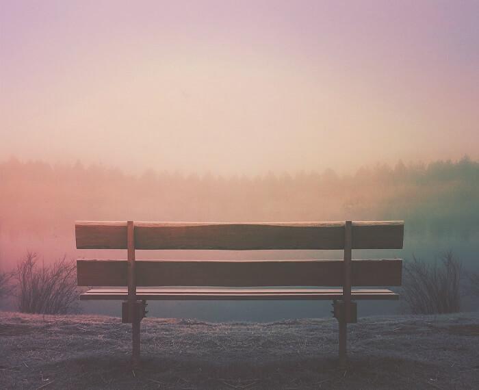 introvertált személyiség és egy pad